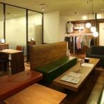 大濠店 店内のラウンジ。レッスン前後ではソファやテーブル席でお寛ぎいただけます。