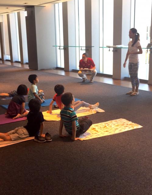 ヨガの洋子インストラクターが子供達に向けてヨガの楽しさを説明中!みんな興味津々!