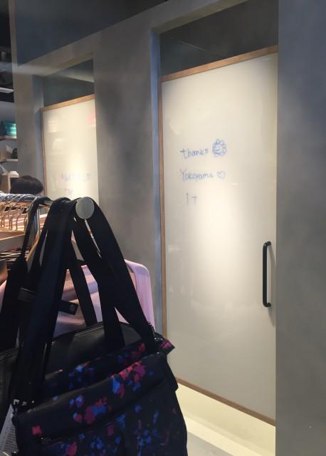 ここは更衣室。私が一番かわいいな〜と思ったのは、この更衣室!なんとドアには手書きの文字が。かわいい!
