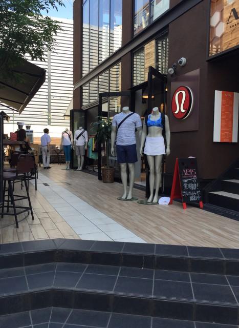 サーフショップやオープンキッチンの素敵なカフェも周りにたくさん!