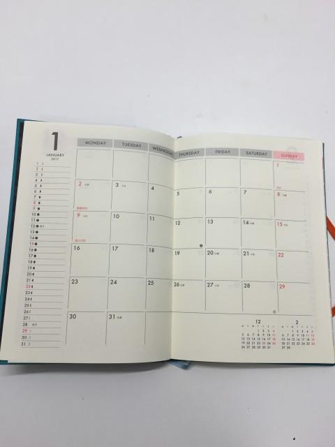 予定も書きやすい大きさです。満月・新月などの月の運行も記されています。